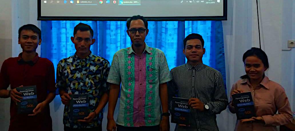 Foto bersama setelah penyerahan hadiah undian buku BHC Book Series: Pemrograman Web (PDO+MySQL)