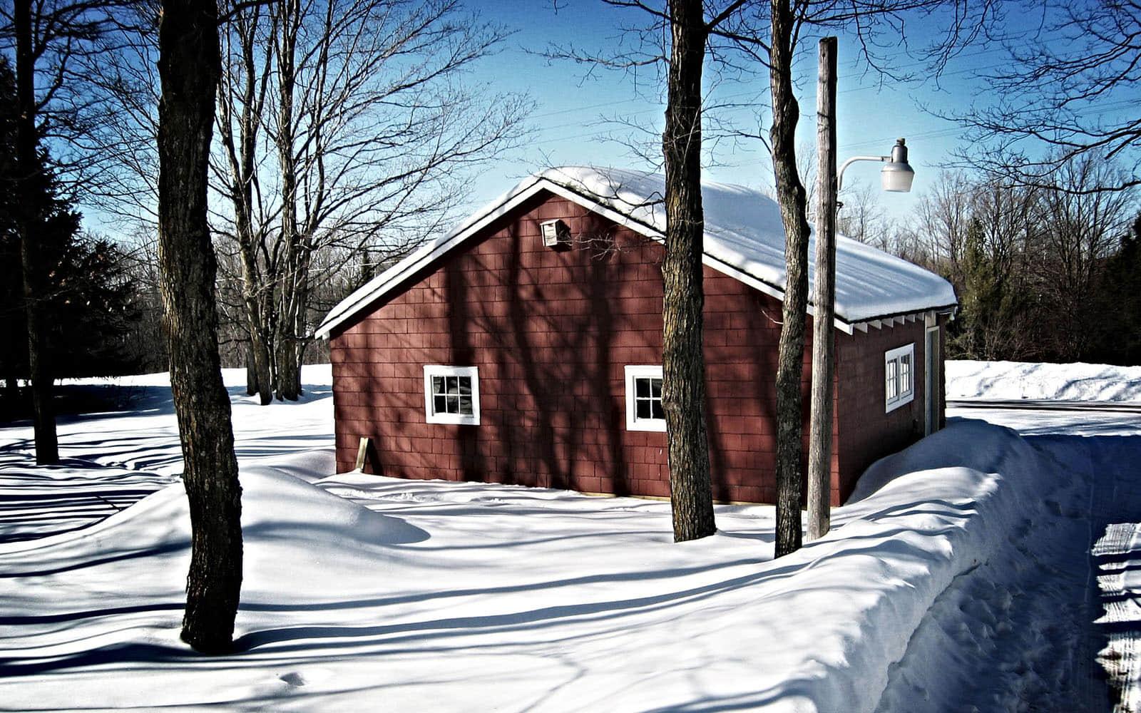 屋顶积雪的红色车库高清壁纸