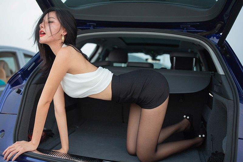 火辣车模阿朱黑丝包臀令人想入非非