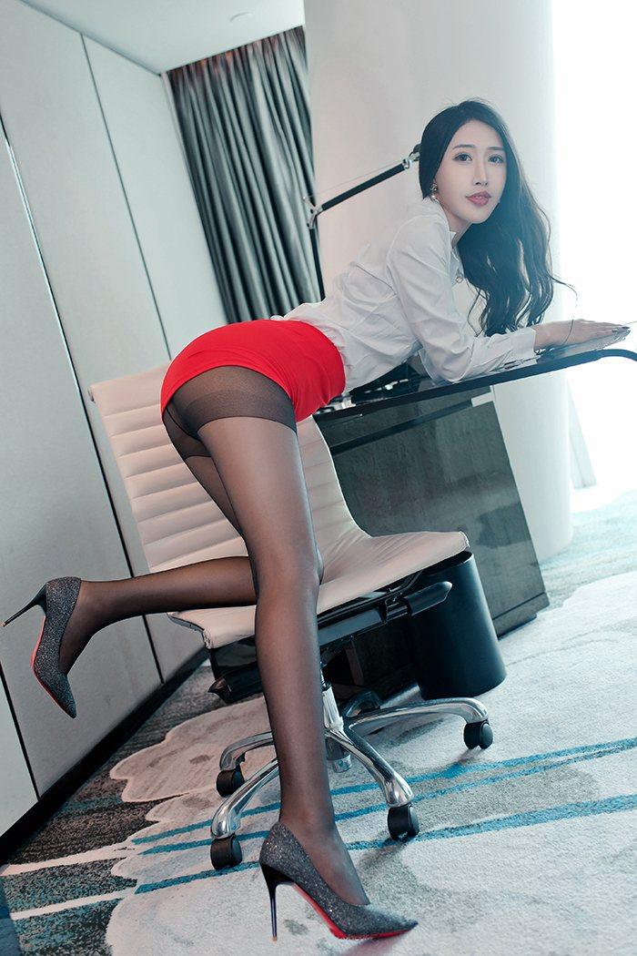 职场丰满御姐余馨妍美腿黑丝高跟