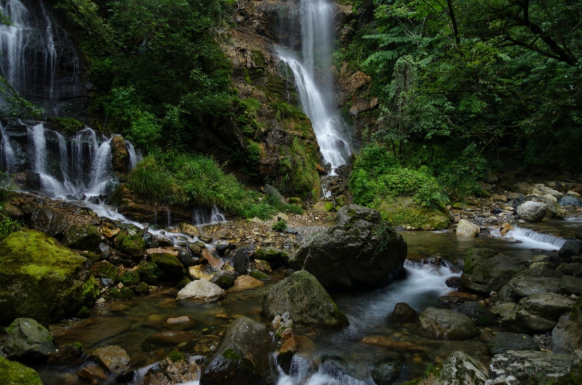 天生桥的溪流与瀑布