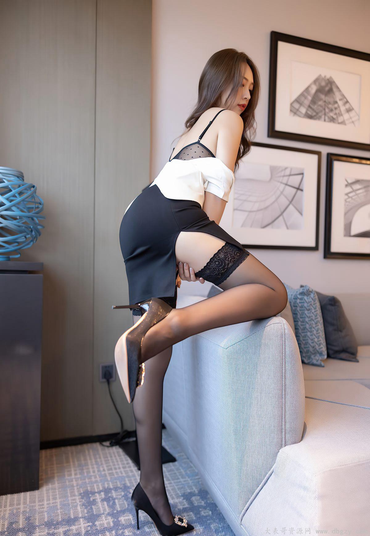酒店销魂姿势黑丝袜美腿诱惑翘臀制服高跟写真