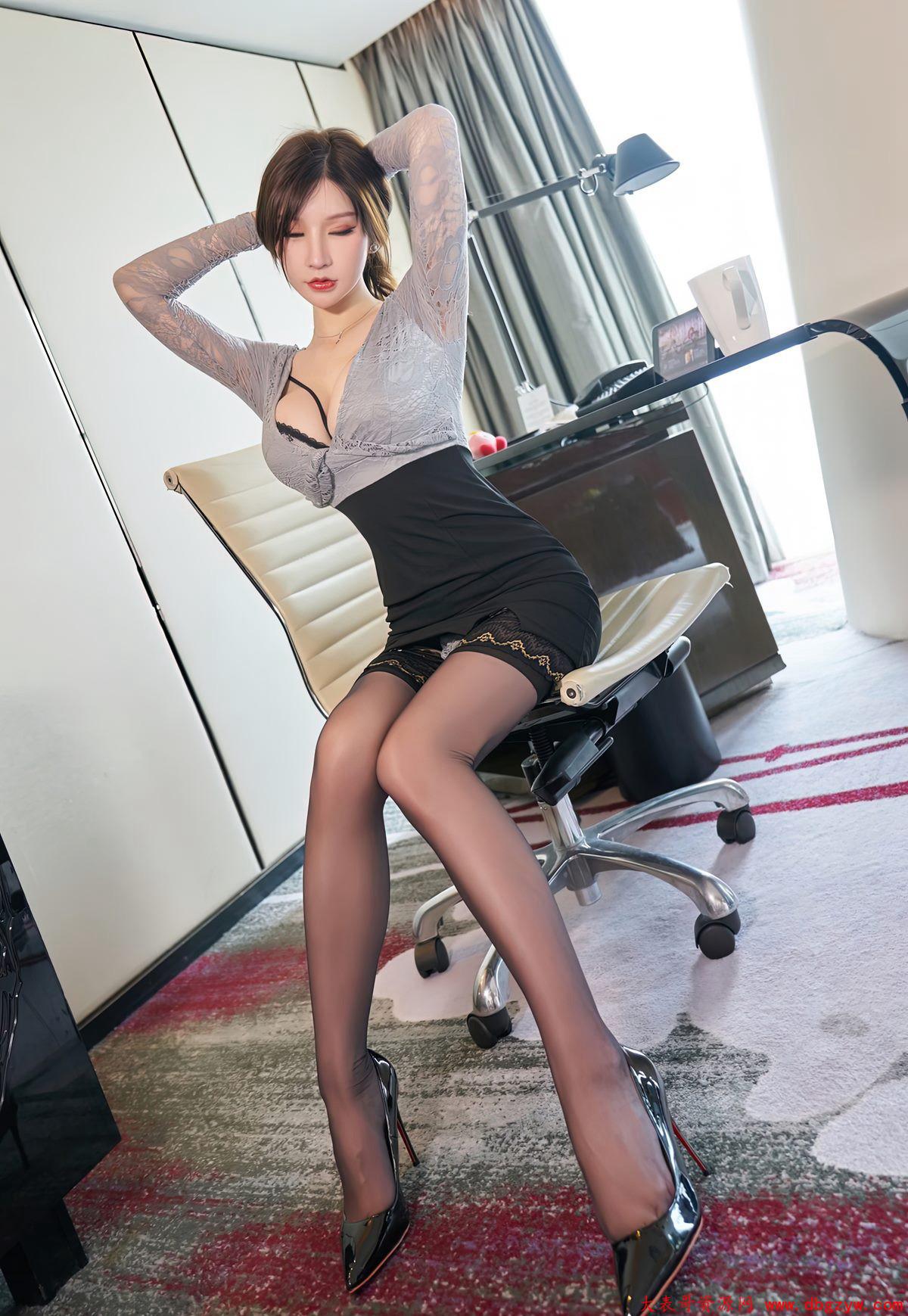 丰满大胸蕾丝情趣内衣丁字裤黑色蕾丝美女