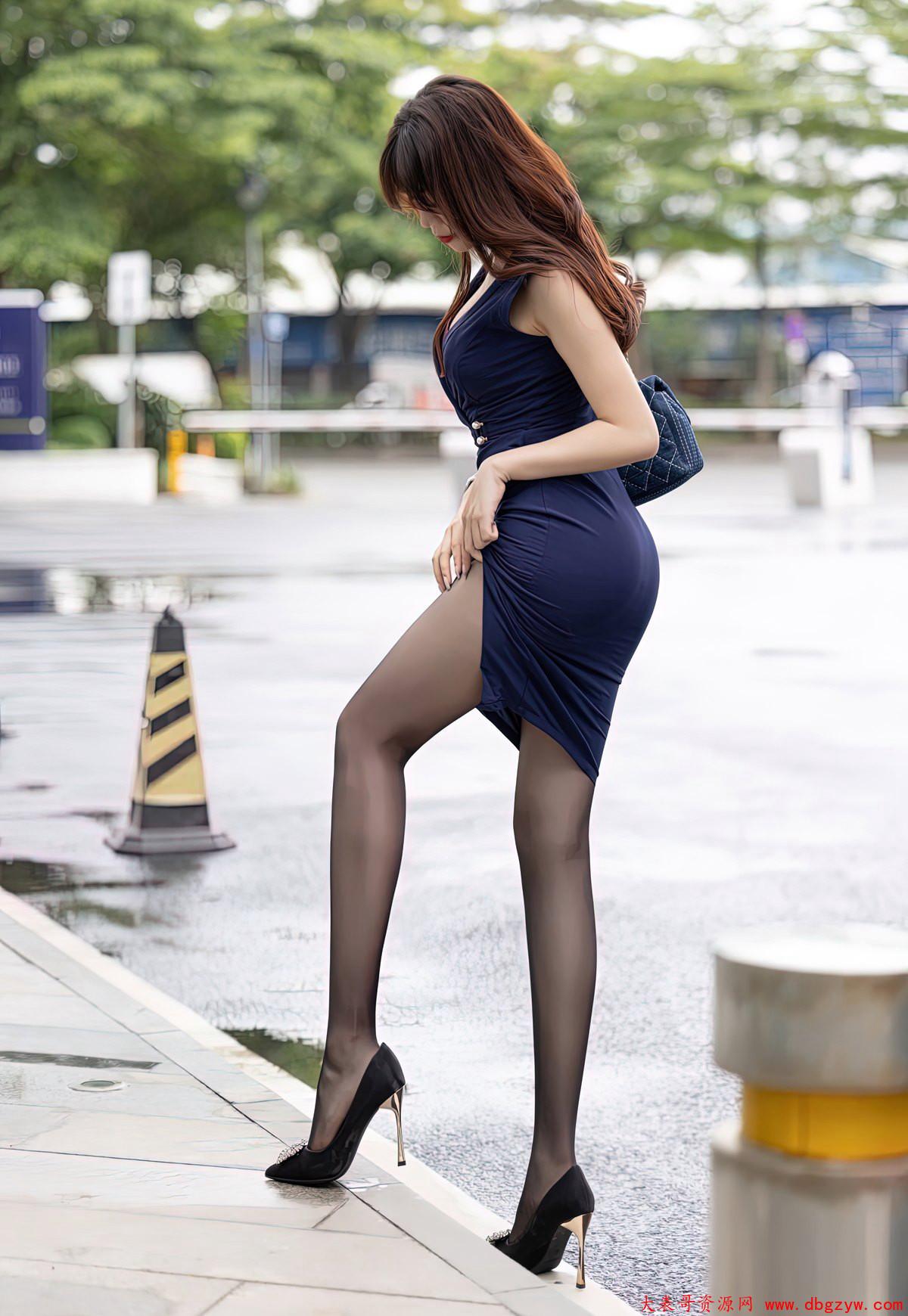 完美黑丝袜高跟性感巨乳风骚少妇丁字裤高清套图