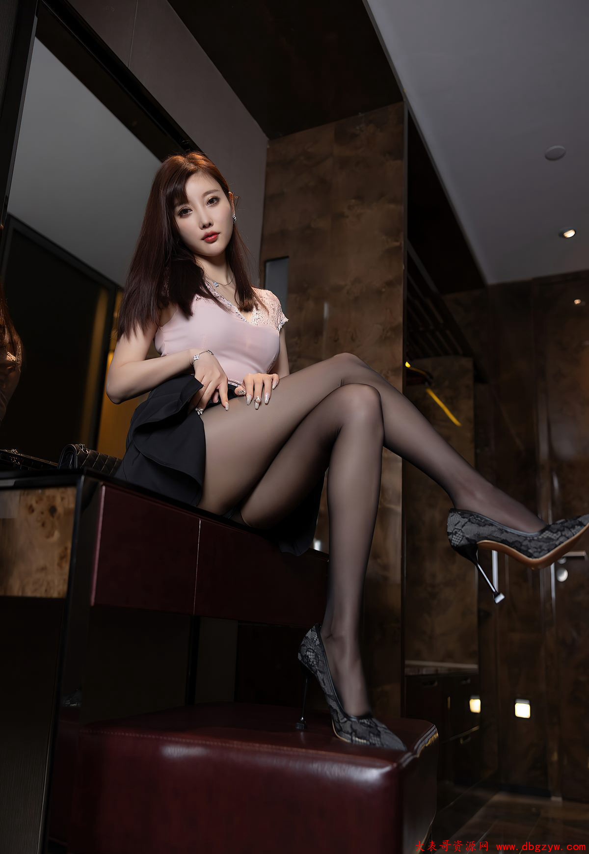 风骚大胸黑丝美少妇短裙美腿性感制服诱惑