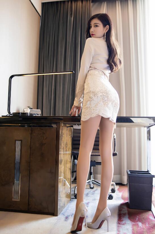 杨晨晨sugar白色丝质短裙+高跟酒店房间内配合拍摄