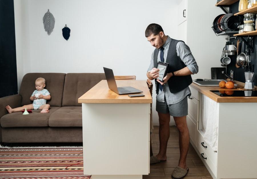 home office reinigung küche mann mit hemd