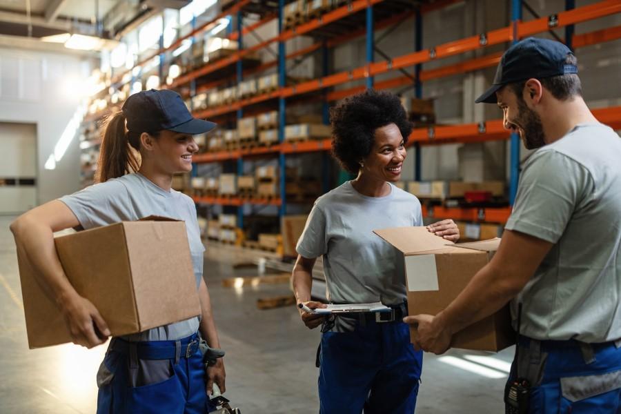 lagerhallenreinigung glückliche mitarbeiter