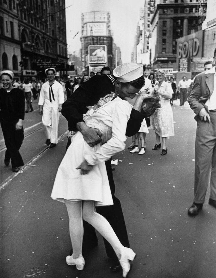"""1945年8月14日,纽约时代广场的""""胜利之吻"""",日本宣布投降,纽约民众在街头庆祝胜利。一位水兵在时代广场的欢庆活动,亲吻了身旁的一位女护士"""