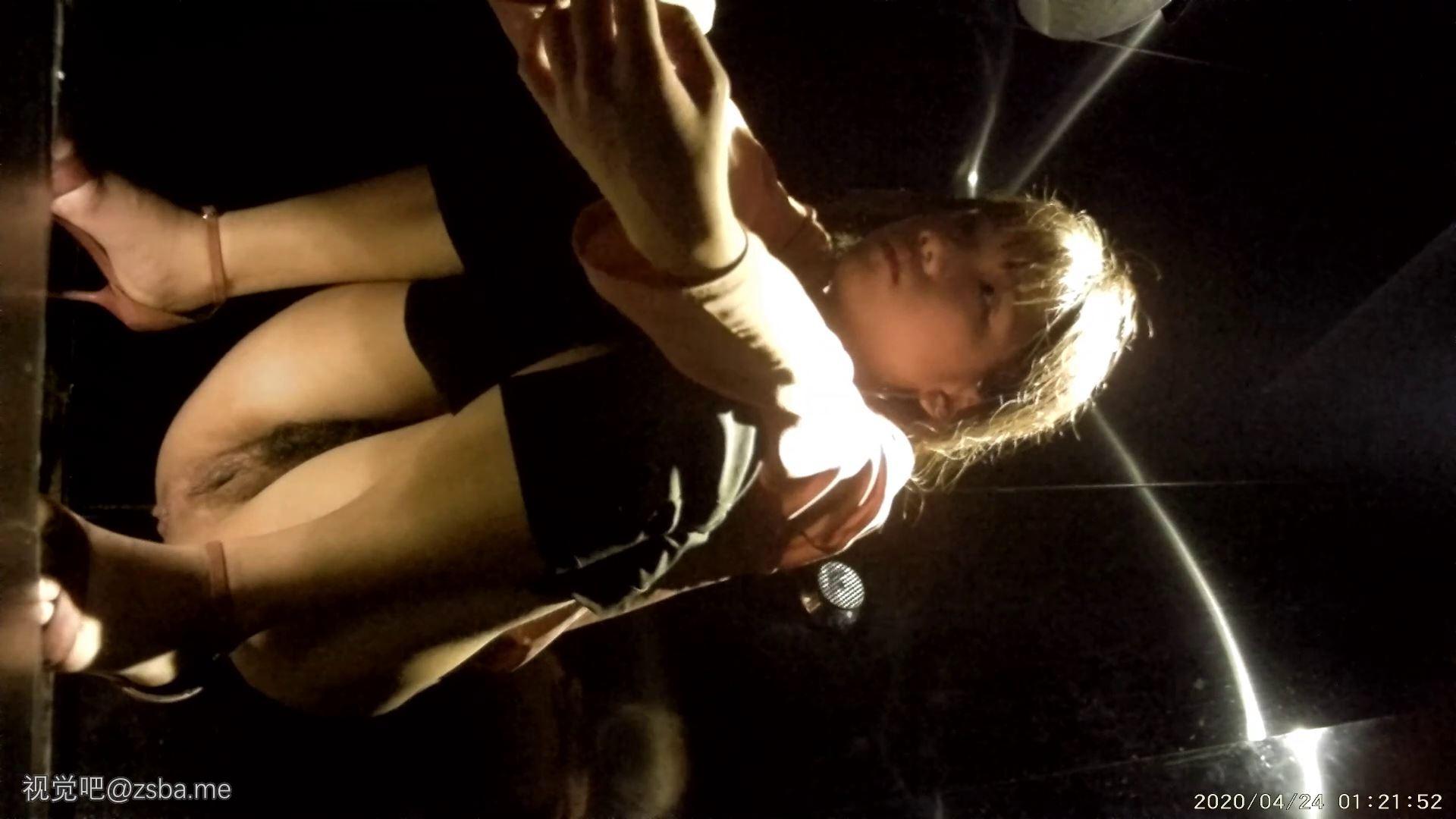 视觉吧@坑神见貌起意潜入某酒吧女卫生间定点偷拍夜生活的年轻气质美女[533MB]插图7