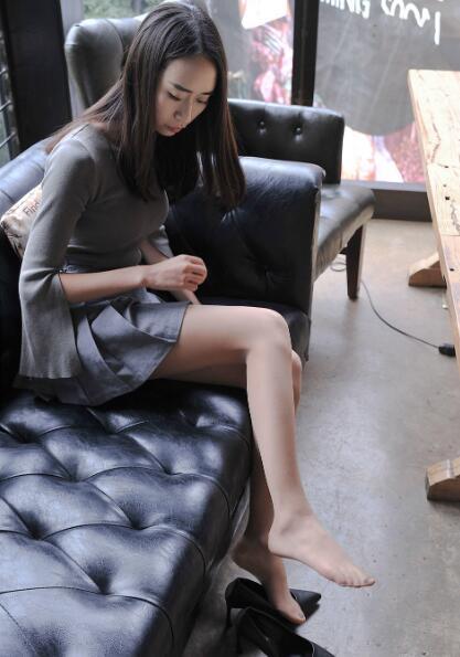 短裙美女小C沙发上丝袜妩媚撩人写真