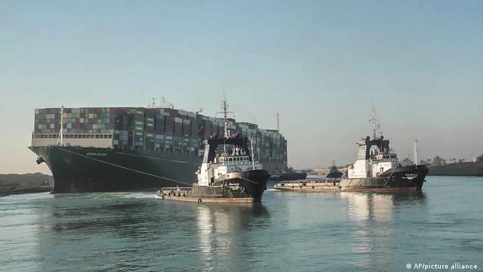 长赐号在苏伊士运河搁浅超过6天后,终于在29日顺利脱困