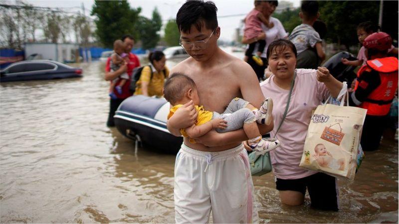 7月22日,一些家有婴儿的郑州市民接受救援。